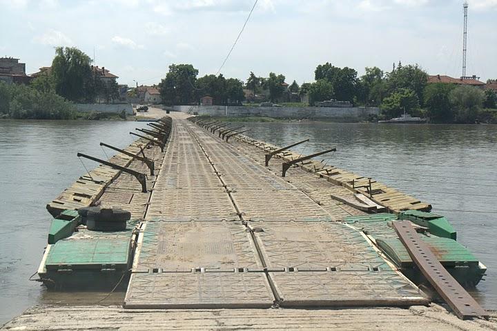 Понтонният мост към затвора