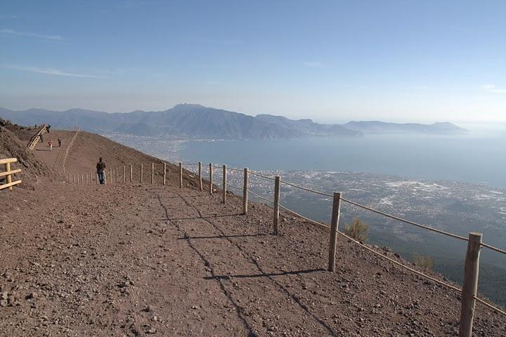 На вершине Везувия