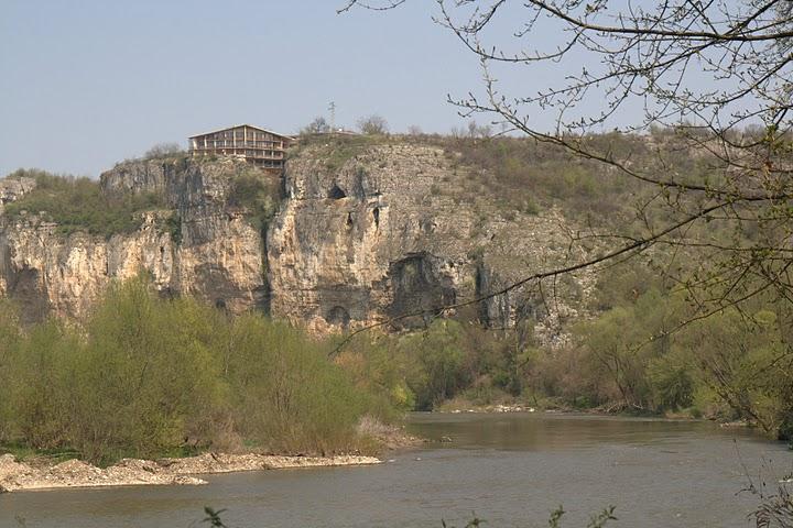 Национален пещерен дом и река Искър