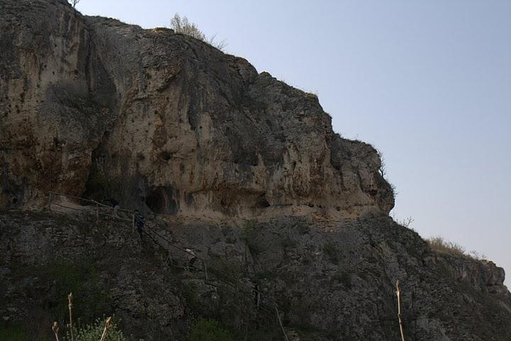 Екопътеката подсича скали