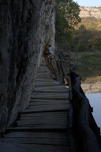 Пътеката виси брутално над реката