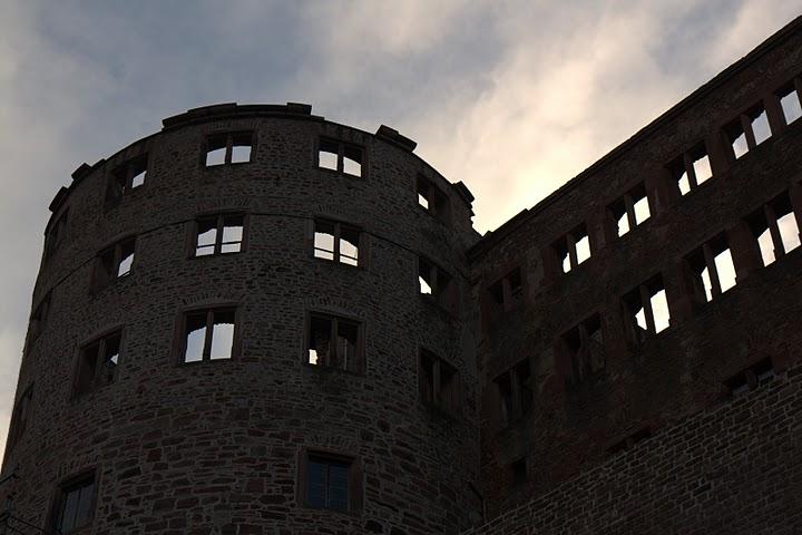 Едната кула на замъка