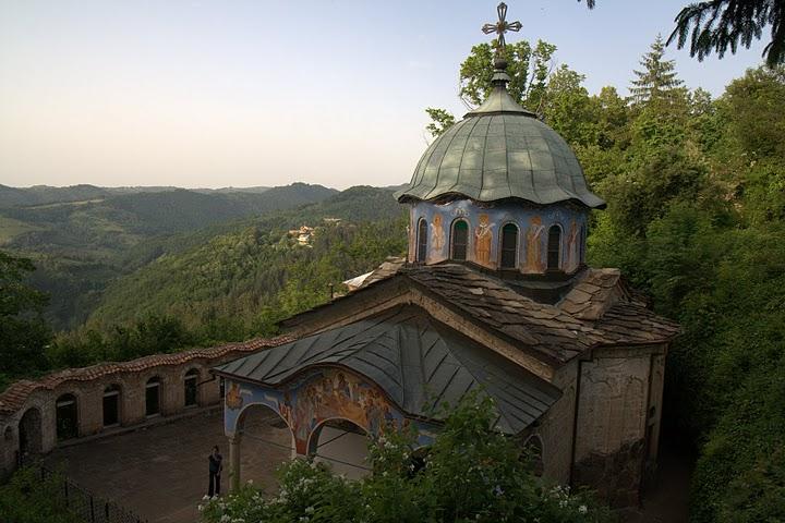 Църквата е надвиснала от варовикова тераса