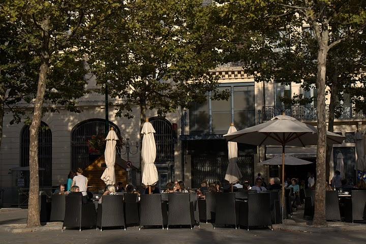 Кафе на площада под чинарите