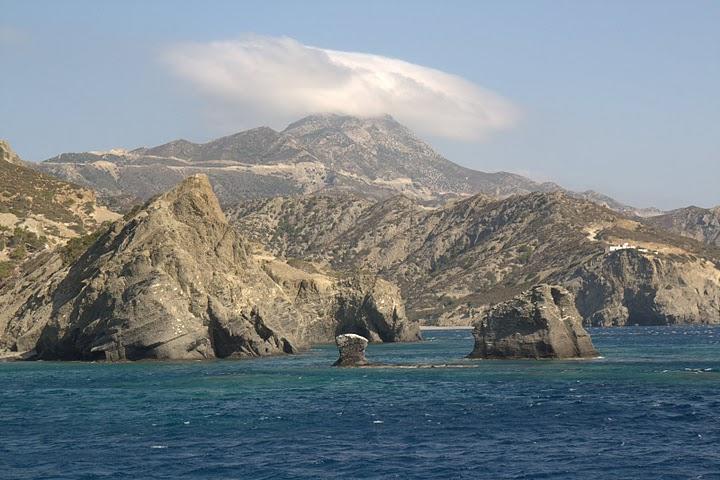 Гледка от морето към планините на Карпатос