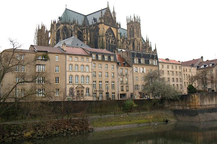 Гледка към катедралата през река Мозел