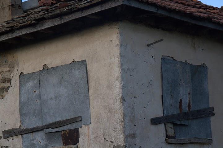 Заковани прозорци, празни стаи
