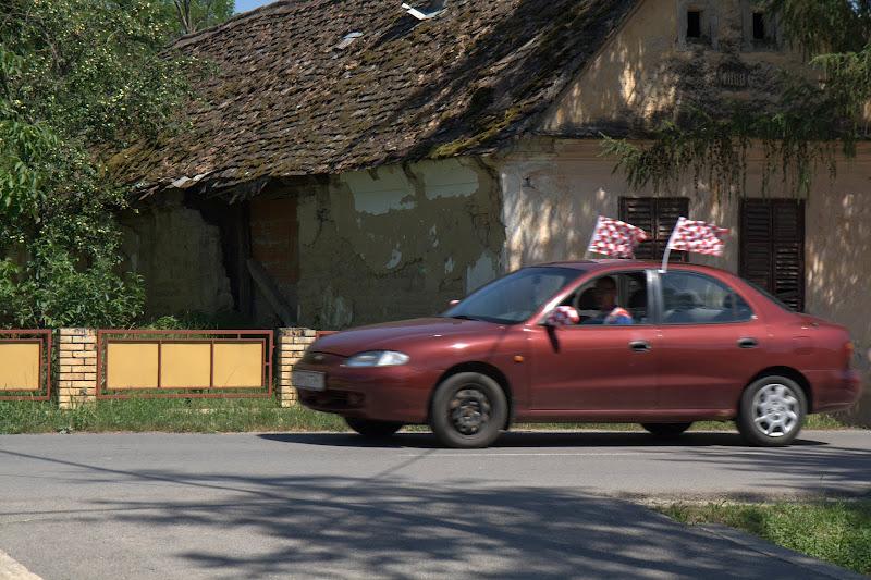 Футболен фен с украсена кола