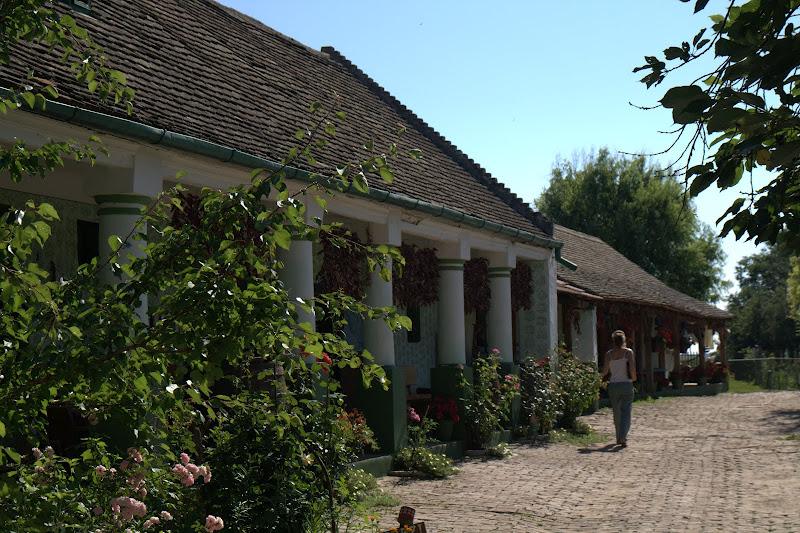 Местните къщи изглеждат като казарми