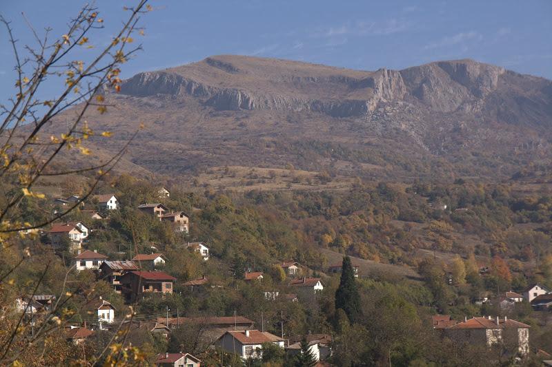 Гледка от билото към село Брезе