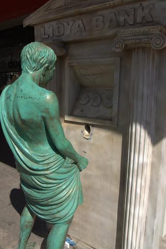Иронична скулптура в Анталия
