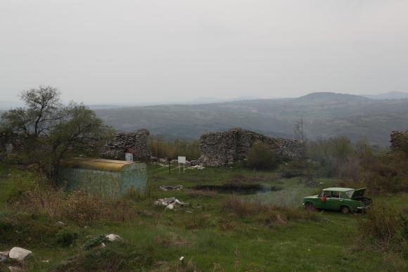 Стара лада и фургон от края на ХХ в.