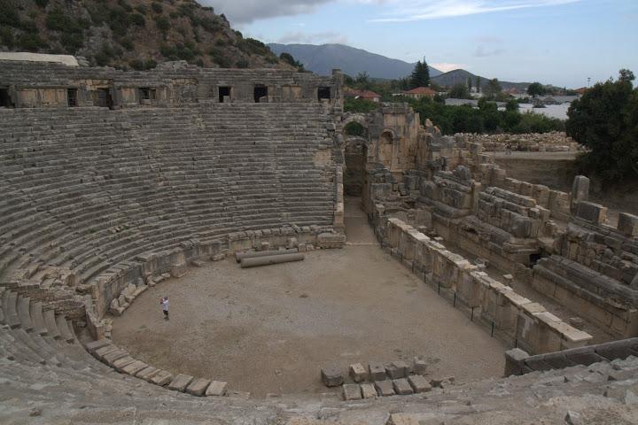 Амфитеатърът в Мира