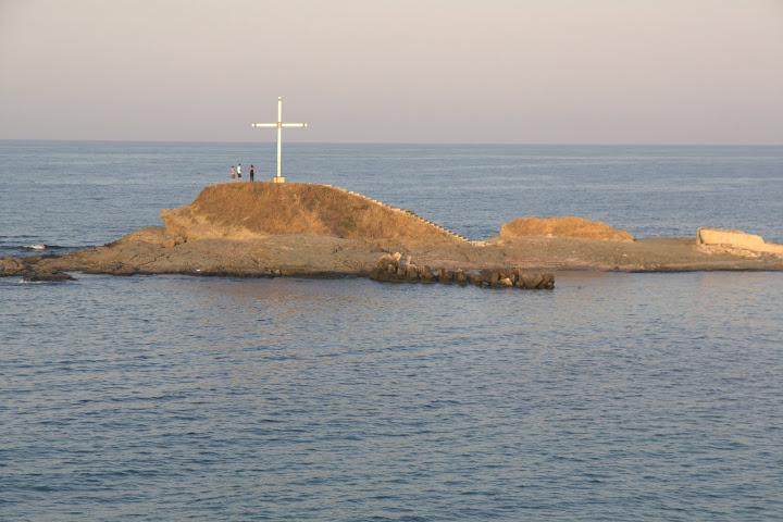 Кръстът срещу рибарското пристанище