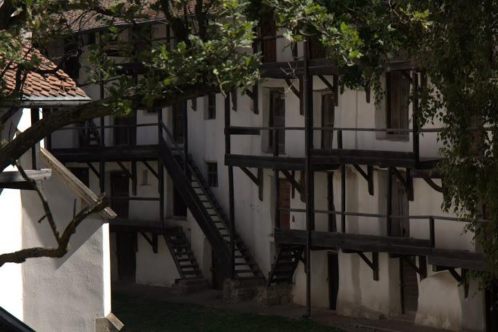 Стената е на няколко етажа