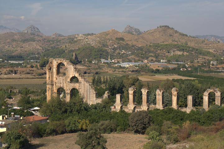 Останките от акведукта в Аспендос
