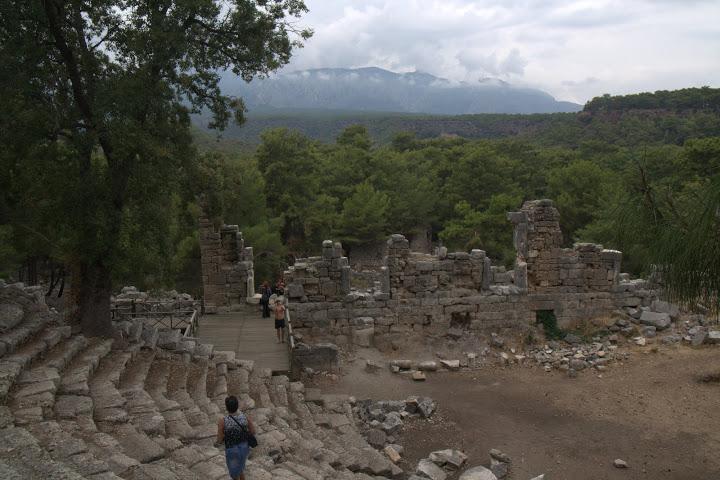 Амфитеатърът си стои
