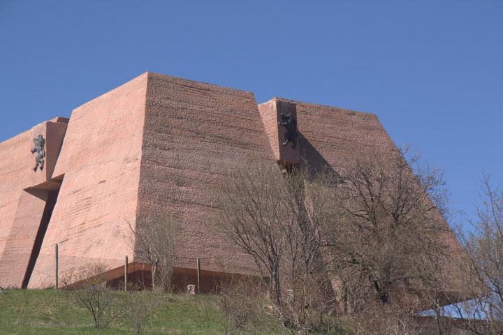 Червеният бетон на пантеона