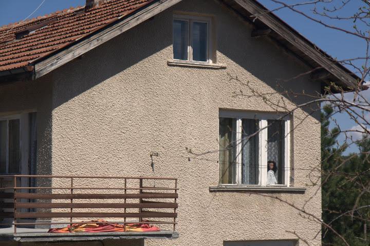 Кукла на прозореца