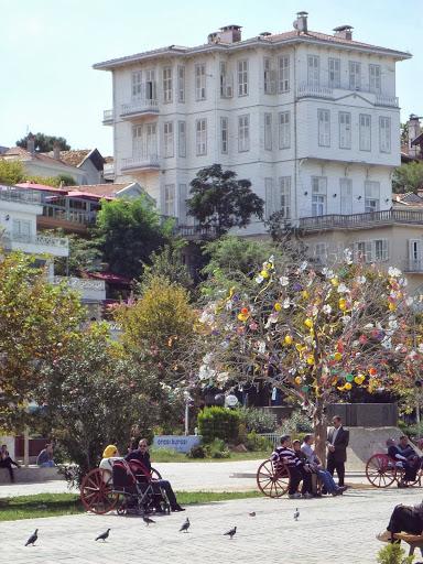 Площадът на пристанището в Бююкада