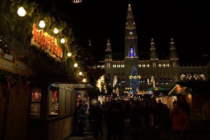 Коледният пазар пред виенското кметство