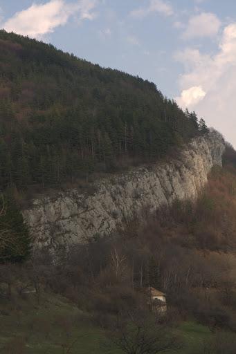 Каменният зъбер над село Бов