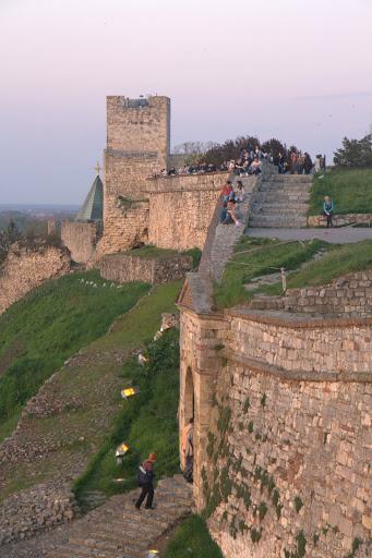 По стълбите и бойниците