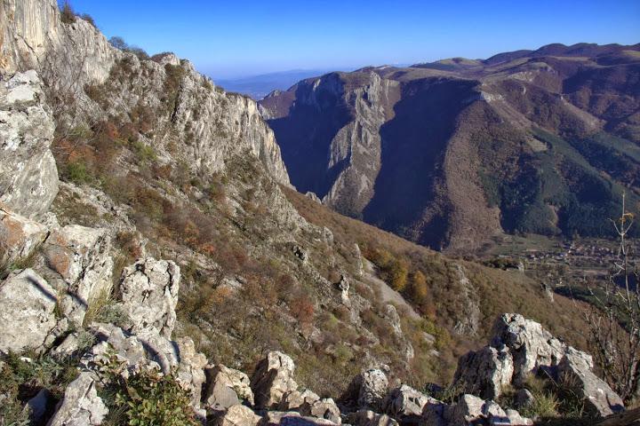 Резерватът Врачански карст край пещерата Леденика