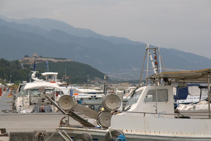 Замък, олимпийски върхове и лодки