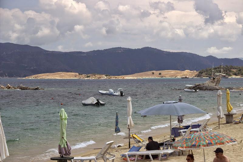 Този плаж гледа към Атон