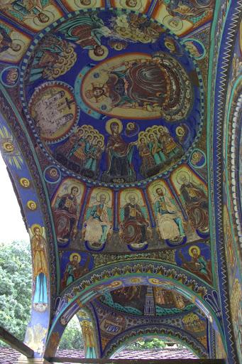 На арката на черквата
