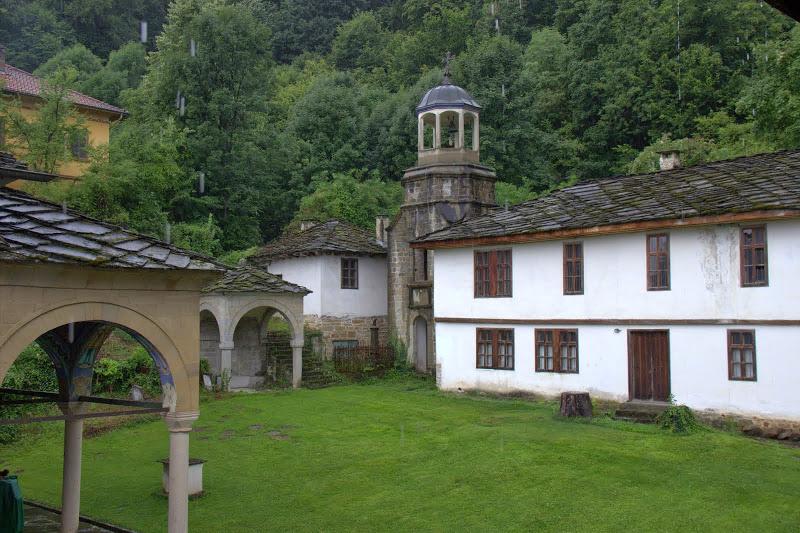 Дворът на Батошевския манастир