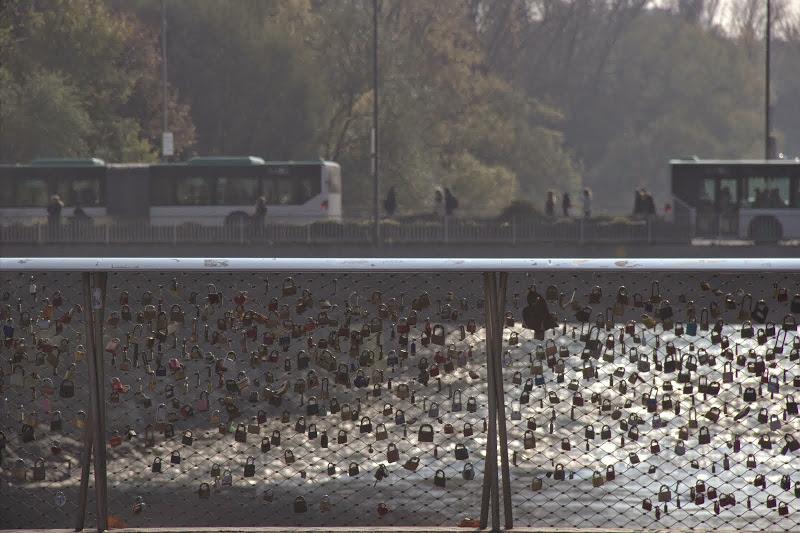 Мост на заключените сърца
