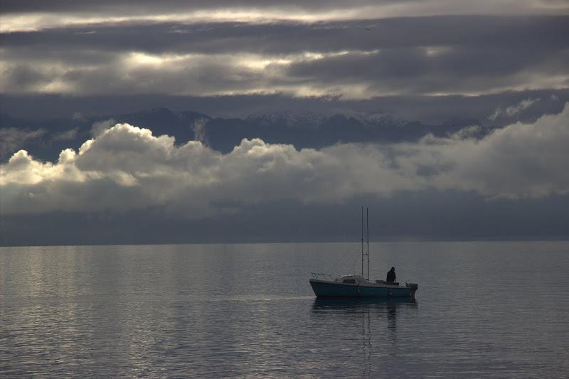 Зъбери в мъглата, лодка в езерото