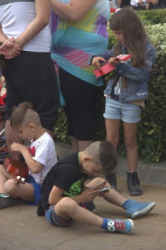 Деца свирят и цъкат