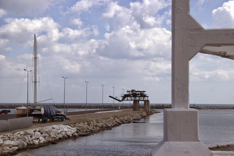 Пристанище с почупена руска яхта и антични съоръжения
