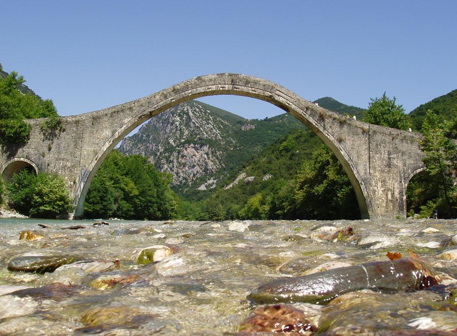 Мостът Плака, все още цял. Снимка на Peppi9 от Wikimedia
