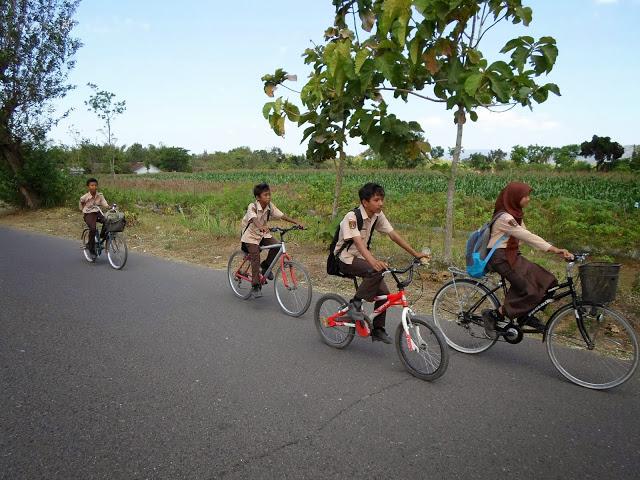 Децата се връщат от училище