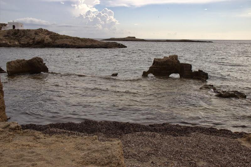 Плажът на Молос и островчето с параклис