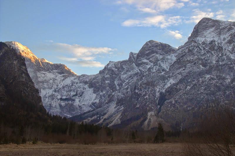 Пътеката минава току под планината
