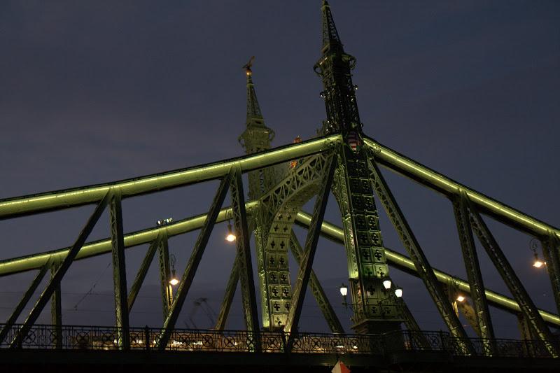 Под мостовете...